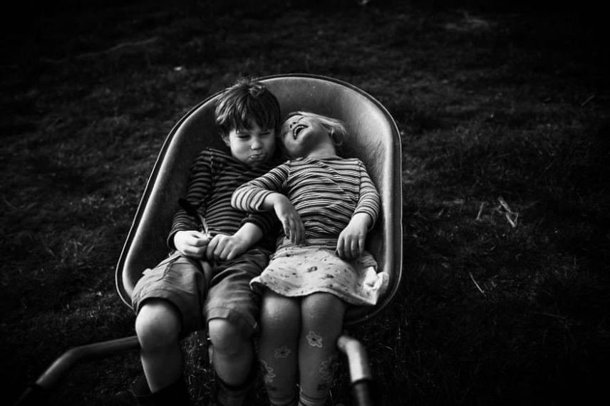 A fotózó anyuka saját gyerekkorát is szeretné újradokumentálni a gyerekek képei által, mivel neki nem sok felvétele van a múltról.
