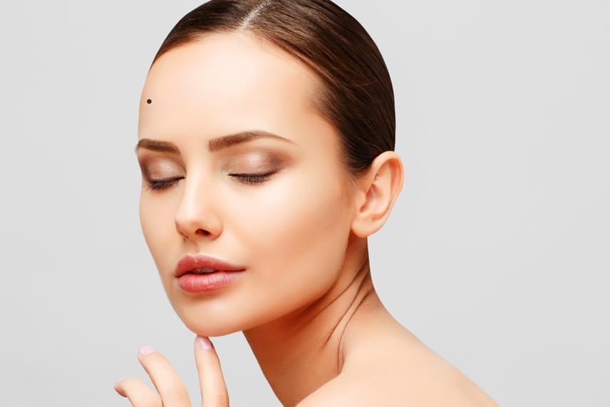 A homlokod jobb oldalán lévő anyajegy a boldogulást, a sikert, a hírnevet jósolja, így tehát a szerencsét az előrejutásban.