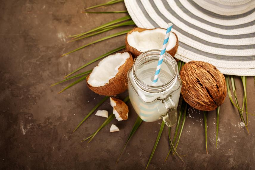 Az alapreceptet legegyszerűbb a kókusztejen keresztül bemutatni. Ez nem azonos a kókuszdió belsejében megtalálható zsíros tejjel, hanem egy könnyebb, a mag ehető húsából kinyert folyadékról van szó.                         A tej elkészítéséhez kókuszra és vízre lesz szükséged. A kókusz húsát áztasd be kétszer - ha hígabb tejet szeretnél, négyszer - annyi vízbe, mint amennyi a mag tömege, majd hagyd állni négy-nyolc órán keresztül, hogy megpuhuljon.                         Ezt követően öntsd le róla a vizet, majd töltsd fel a kókuszt ugyanennyi tiszta vízzel, és turmixold össze őket. Az így kapott keveréket tedd sűrű szitába vagy egy a nedvességet áteresztő vászonba, és csorgasd át a vizet ezen keresztül egy másik tálba. Ezzel a módszerrel bármilyen magtej alapját elkészítheted.