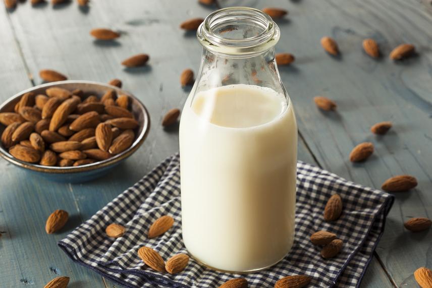 Ha az előbbi módszerrel 2:1-es víz és mandula aránnyal készítesz tejet, akkor olyan italt kapsz, mely decinként körülbelül 24 kalóriát tartalmaz, ami nagyjából fele az 1,5%-os tehéntej kalóriatartalmának, és teljesen laktózmentes. A mandulatej emellett kalciumot és D-vitamint is tartalmaz - ha nem is annyit, mint a tehéntej, de sokat -, mely a csontok számára nélkülözhetetlen. A magtej glikémiás indexe alacsony, sőt, poharanként 1 gramm rostot tartalmaz, ami magasnak számít, így ideális fogyókúrázók számára.