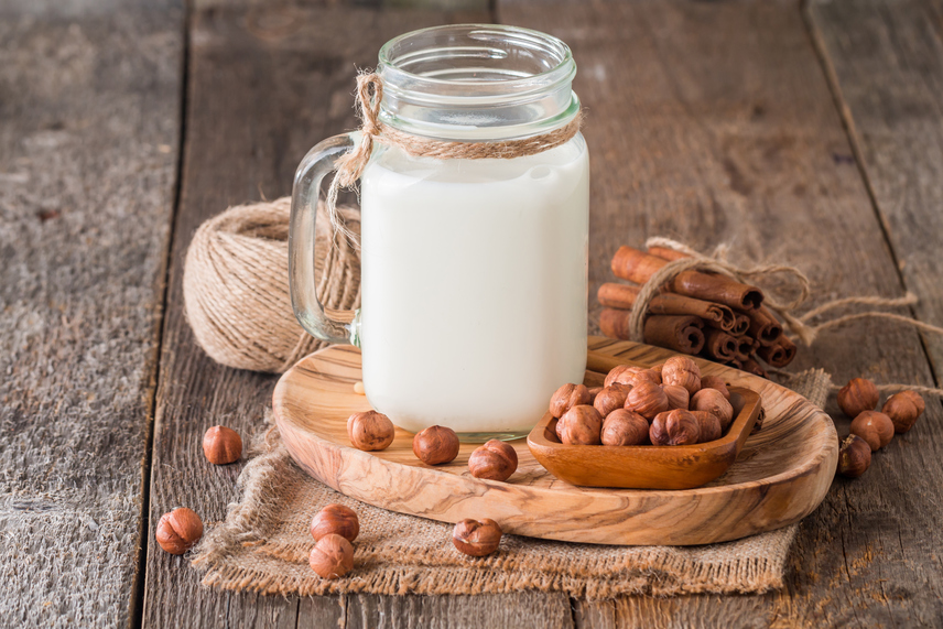 A mogyorótej egyaránt készülhet török- vagy földimogyoróból, melyek a többi magtejhez képest viszonylag erős ízt adnak a víznek, így azok számára is megfelelő lehet, akik egyébként ezeket az italokat nem tartják elég édesnek. Különösen jó párosítás a mogyorótej és a zsírszegény kakaópor, ugyanis ezekből kalóriaszegény mogyorós forrócsokit csinálhatsz magadnak, ha a diéta alatt megkívánod az édeset.
