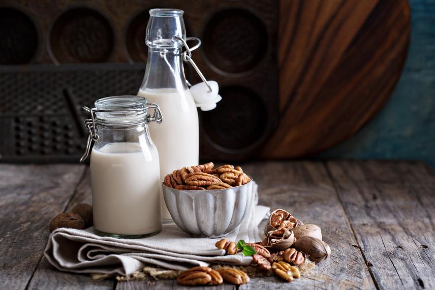 Ha egzotikusabb ízekre vágysz, a tejet akár pekándióból is elkészítheted, sőt, ízesítheted az italt a tejbe áztatott datolyával. A további magokkal való kísérletezés során kipróbálhatod a diót vagy akár a pisztáciát is, míg ízesítésként mézet, nyírfacukrot, kakaót, vaníliát és fahéjat is adhatsz a tejekhez.