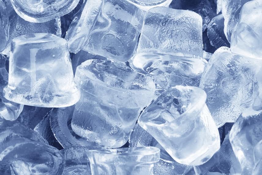 Az egyik legegyszerűbb házi módszernek számít a herpesz halványítására a jég alkalmazása, ha ugyanis időben ráteszed az érintett helyre, képes levinni a duzzanatot, és enyhíteni a fájdalmat, így meglesz az esélye annak, hogy egy kisebb sebbel, hólyaggal is megúszhatod a herpesz jelentkezését.