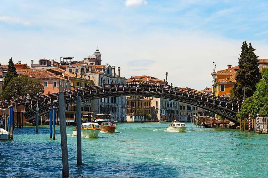 Ugyancsak meglepő, de Velencéből nem a Sóhajok hídja vagy a Szent Márk tér, hanem a Ponte dell'Accademia került fel a listára, és ezzel a biztos hatodik helyen áll.