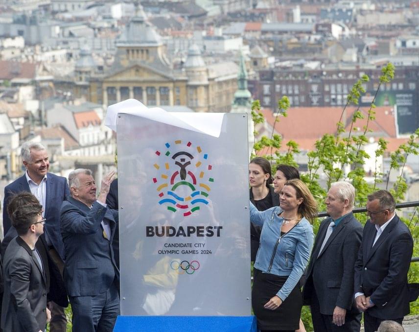 Ünnepélyes keretek között bemutatták a 2024-es olimpia megrendezésére vonatkozó pályázat emblémáját, mely a fotón látható.
