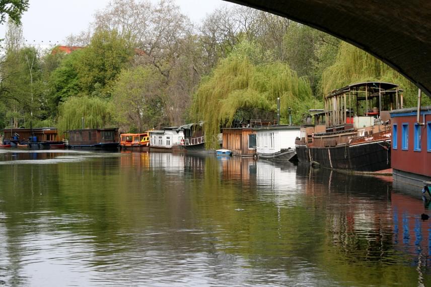 Berlinben is hasonló lakóhajókat találni, mint Amszterdamban.