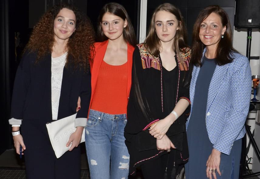 Nem csoda, hogy Prokopp Dóra két kisebbik lánya iránt a szépségipar is érdeklődik. Róza piros felsőben, Bora talpig feketében érkezett az Elle Fashion Show-ra.