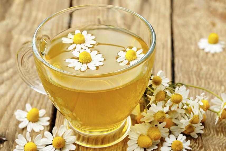 A kamilla nyugtató és fertőtlenítő hatása is kedvező az emésztés, többek között pedig a puffadás szempontjából. Érdemes teaként fogyasztani belőle egy pohárral gyorssegélyként.