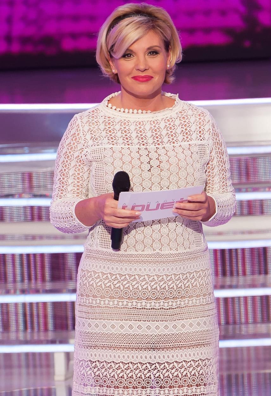 Liptai Claudia A Nagy Duett második adásában egy átlátszó, mégsem közönsége, hófehér csipkeruhát viselt.