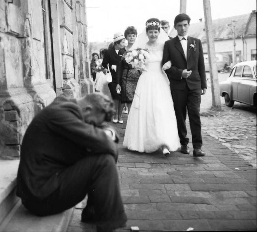 1968-ban így nézett ki a menyasszonyi fátyol. Nemcsak e kiegészítő, hanem az ara ruhája is jelentősen eltért a napjainkban megszokottól. Itt megnézheted, mennyit változott az utóbbi évszázadok alatt.