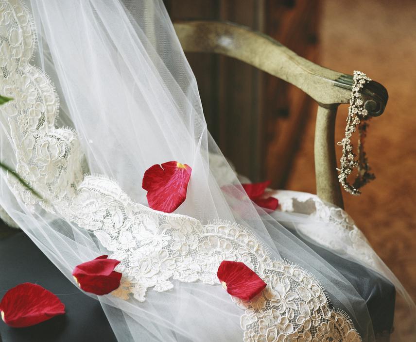 A fátylak először a római korban váltak elterjedtté, amikor flammeumot, úgynevezett vörös fátylat terítettek a menyasszonyra tetőtől talpig. Az ara külseje így olyan hatást keltett, mintha lángolna, amiről úgy tartották, hogy elűzi a gonosz lelkeket, melyek elronthatnák a nagy napot.