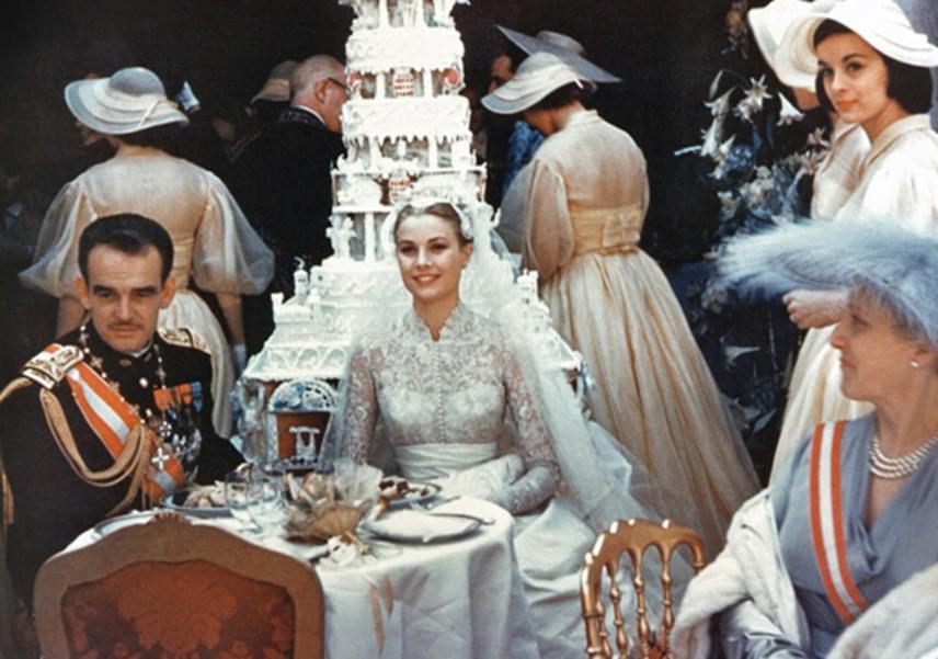 Az esküvői tortájuk olyan hatalmas volt, hogy a helyszínen állították össze a cukrászok. Rainier herceg a ceremónián a hagyományoknak megfelelően kardjával vágta fel az desszertmonstrumot.
