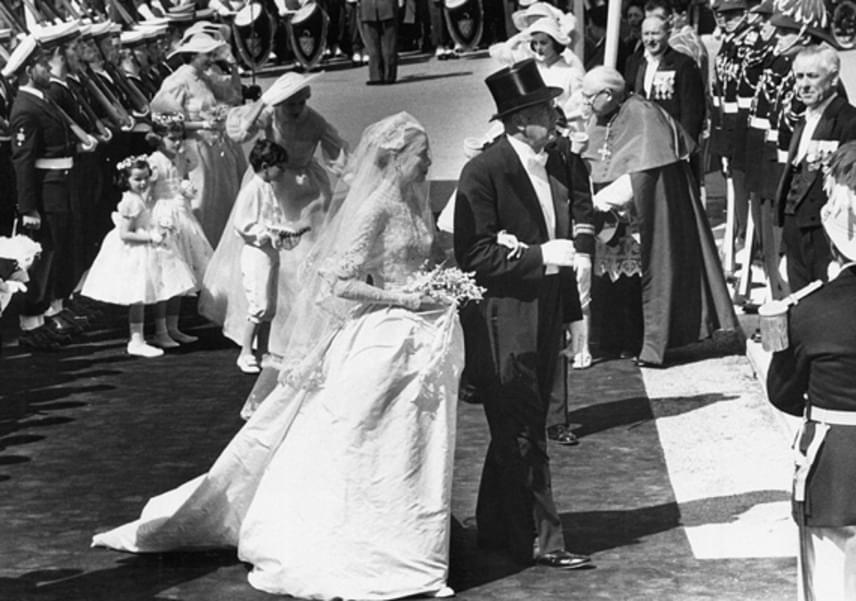 A felsorakozott tömegen keresztülvágva vezette be édesapja Grace Kellyt a katedrálisba, majd onnan kísérte az oltárhoz.