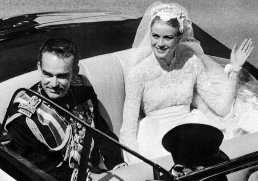 A friss házaspár így integetett a népnek a feldíszített autóból. A herceg később úgy nyilatkozott, hogy élete legfárasztóbb, de legszebb napján van túl.