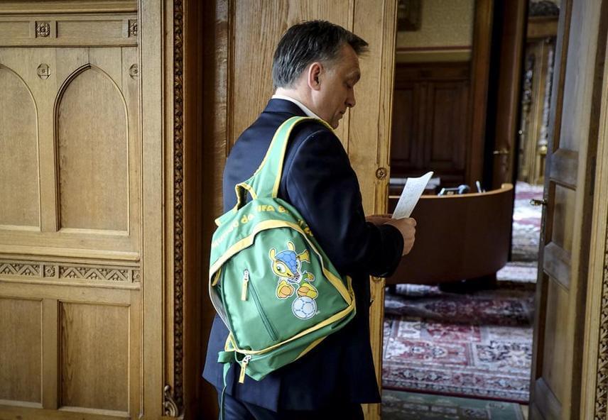 """""""Új ciklushoz új táska dukál"""" - ezt írta ehhez a képéhez Orbán. A fotó 2014 tavaszán került fel, vagyis a harmadik ciklusának kezdetén."""