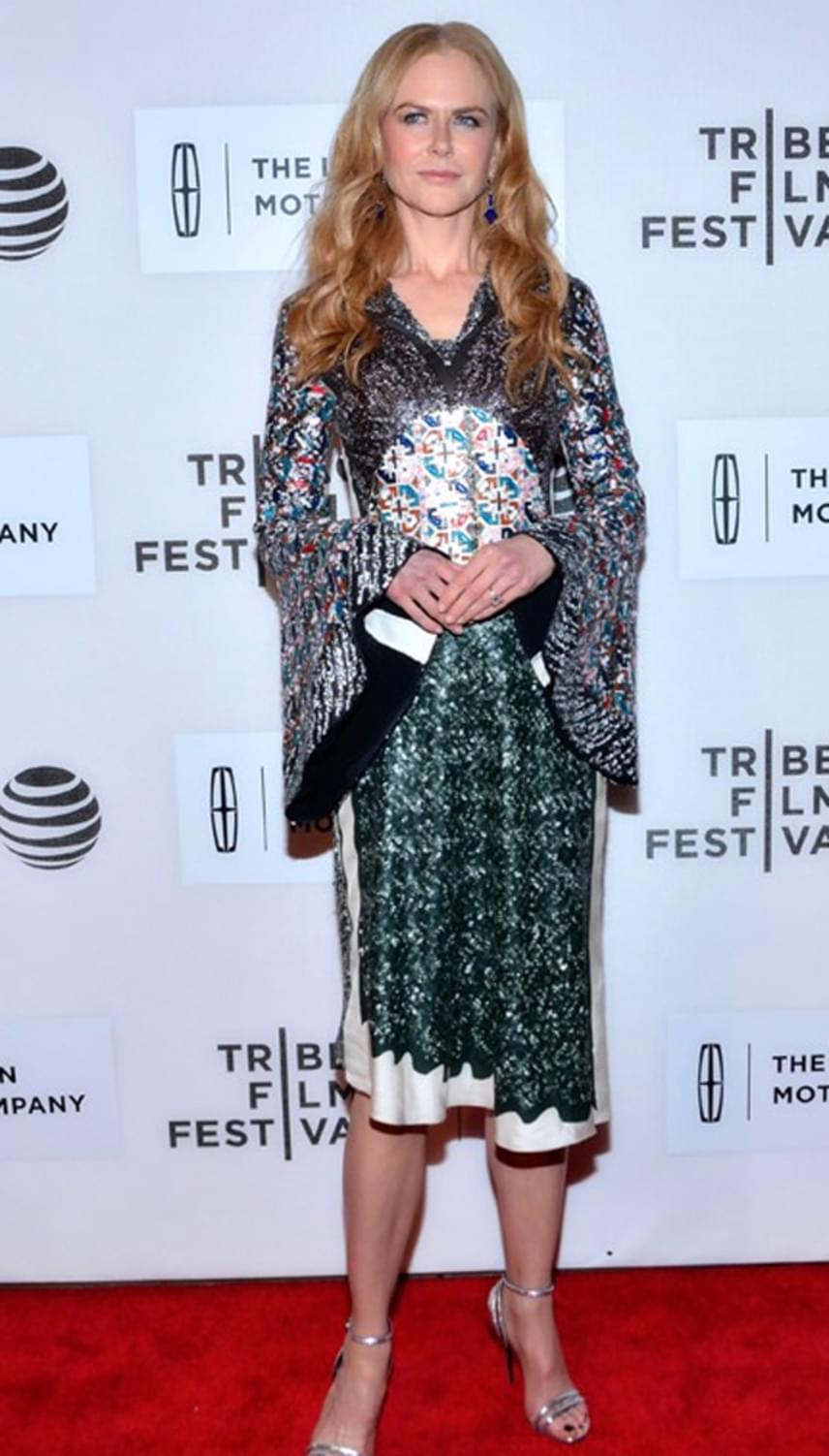 Nicole Kidman csillogó ruhája hatalmas sikert aratott. Kolléganői közül többen is közös fotót kértek a gyönyörű színésznőtől.