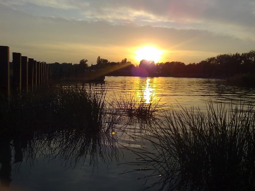 A vízen tükröződő napfény rendkívül idilli hangulatot áraszt, igazi gyógyír a léleknek.