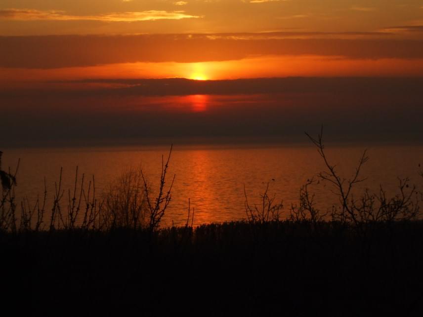 A lenyugvó nap aranyhidat fest a Balaton vizére.