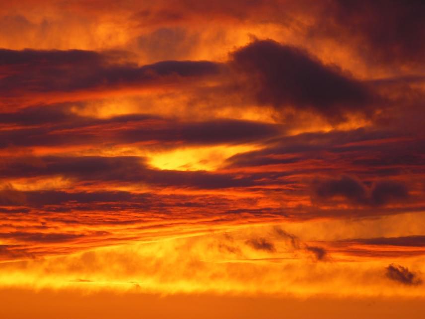 Izzó lávára emlékeztet a vihar utáni napnyugta.