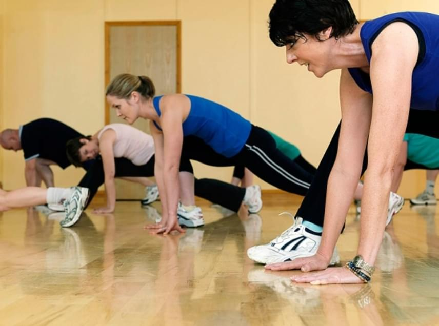 TánctornaAz aerob típusú mozgásformák remekül fejlesztik az erőnlétet és a hajlékonyságot, a gyorsabb ritmusúak ezenfelül tökéletesek zsírégetésre is. A csoportos edzések pedig garantáltan hatékonyabbak, hiszen egy jó társaság erős motiváló tényező is. Lehet az akár zumba, aerobik, akár egy pörgős latin tánc, egy óra mozgás alatt legalább 600 kalóriától megszabadít.