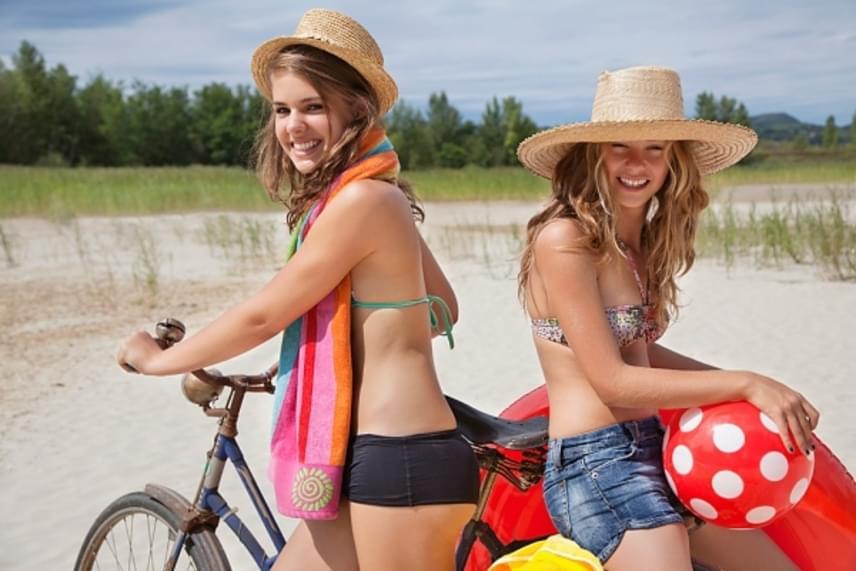 KerékpározásA kerékpározás aerob, ciklikus mozgásforma, hiszen ugyanazon mozdulatsor ismétlődése váltja ki a hatást, amely oxigén jelenlétében megy végbe. Közben a pulzus nő, a vérkeringés élénkül, valamint a kerékpározás megmozgatja az izmokat, és az ízületeket is jobban kíméli a futásnál. Egy könnyed kerékpározás vagy szobabiciklizés során egy óra alatt 300 kalória ég el, míg a megerőltetőbb spinningnél ez a szám a 700-800-at is eléri.