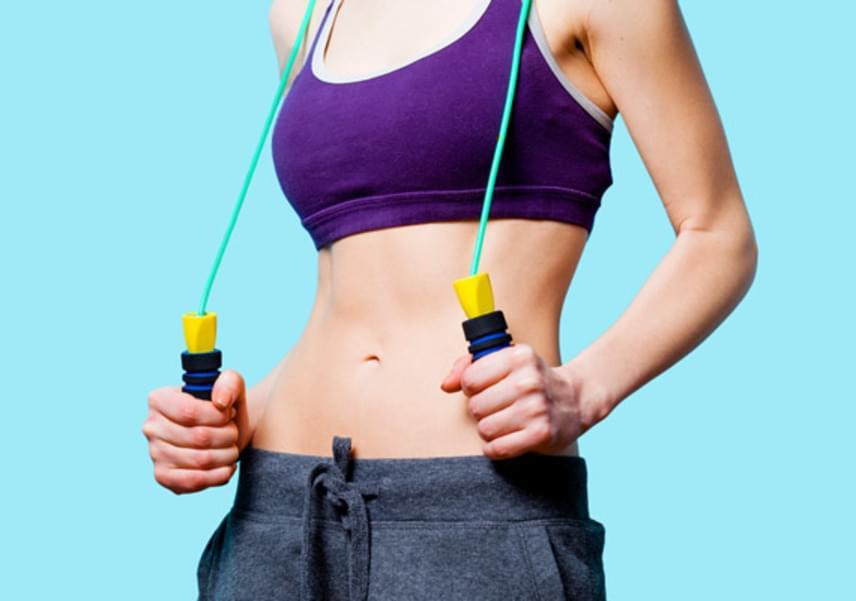 UgrókötelezésEz az egyik legegyszerűbb és leghatékonyabb zsírégető edzésforma. Otthon, egyedül is végezhető, nem igényel nagy befektetést, ráadásul 30 perc alatt nagyjából 400 kalóriát égethetsz el a segítségével.