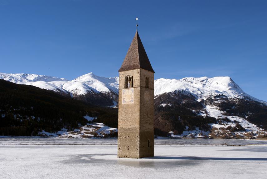 Télen, a befagyott tavon nagyon könnyen megközelíthető a torony. A legenda szerint ilyenkor még a harangot is hallani lehet, ami a valóságban nem lehetséges, hiszen még 1950-ben eltávolították.