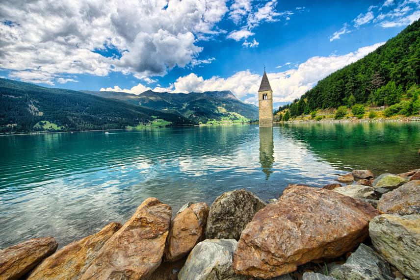 A szépséges panoráma viszont a katasztrófa ellenére is szemet gyönyörködtető látvány, a templomtorony pedig már 1357 óta magasodik büszkén az ég felé.