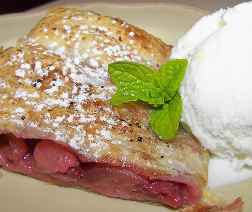 Próbáld ki a hagyományos rétes tavaszi változatát eperrel és rebarbarával töltve, melyek vízhajtó hatásúak, kevés kalóriát tartalmaznak, magukban is édesek, és teli vannak laktató rostokkal. Ebből a süteményből egy szelet ugyan nagyjából 350 kalória, ám ebből az értékből faraghatsz, ha a szokásosnál kevesebb cukrot használsz, vagy alacsony glikémiás indexű nyírfacukorra váltasz.