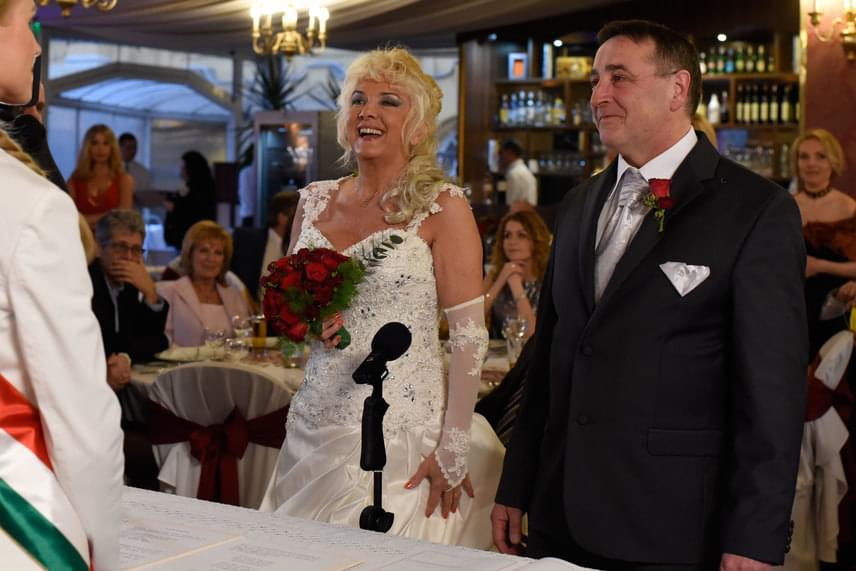 Karda Beának már volt egy esküvője, de az csak a polgári ceremóniát foglalta magába, amit nem követett lagzi, csak egy szűk körű ebéd, emellett klasszikus menyasszonyi ruhája sem volt.