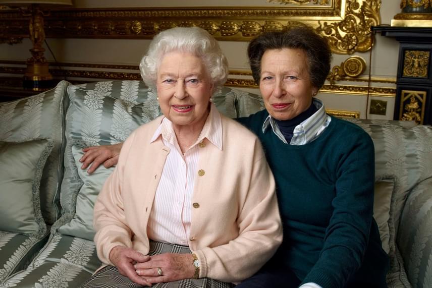 Anna királyi hercegnővel összebújva pózol a kanapén. Talán még sohasem örökítettek meg ilyen meghitt pillanatot anya és lánya között.