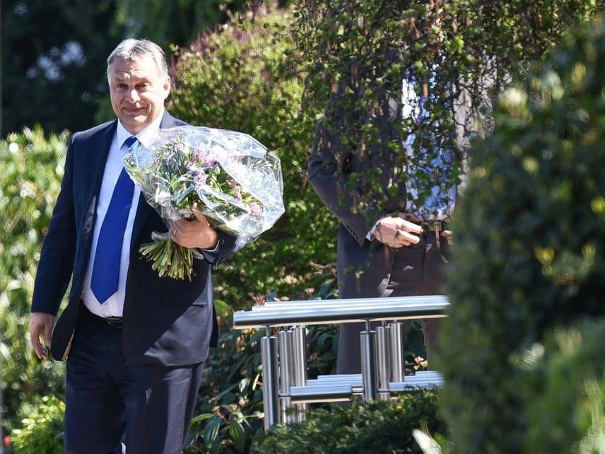 Orbán nemrég látogatást tett Helmut Kohl egykori német kancellár otthonánál, a kezében látható hatalmas virágcsokrot minden bizonnyal a politikus feleségének szánta.