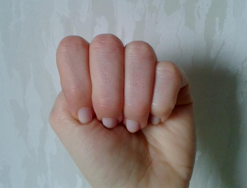 Ha a hüvelykujjad a többi alatt foglal helyet, amikor ökölbe szorítod a kezed, csendes, nyugodt típus vagy, de ha megszólalsz, mindenki elámul, milyen jól bánsz a szavakkal. Különleges kisugárzásod van, és valószínűleg tehetséges író vagy.