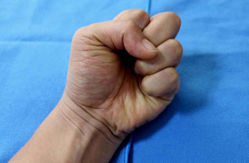 Ha a hüvelykujjad több ujjadat is letakarja, görcsös, aggódó típus vagy, aki hajlamos túlbonyolítani a dolgokat, ezzel sok felesleges fejfájást okozva saját magának és a környezetének. Ha azonban éppen laza hangulatban vagy, nagyon jó társaság vagy, és remek a humorod.