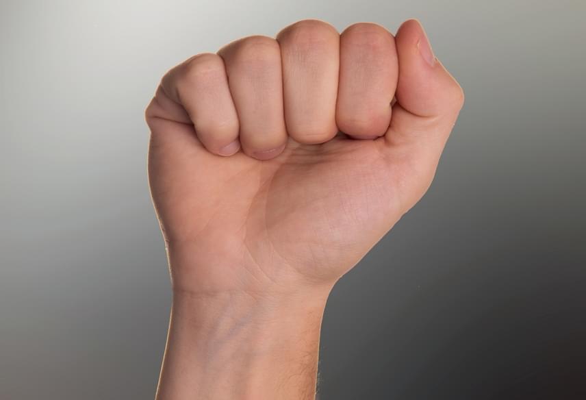 Ha a hüvelykujjad a többi mellett helyezkedik el, és nem takarja el egyik ujjadat sem, extrovertált típus vagy, aki igényli a társaságot és a figyelmet, és mindig nyitott az új dolgokra. Szeretsz a középpontban lenni, de rosszul viseled a kritikát.