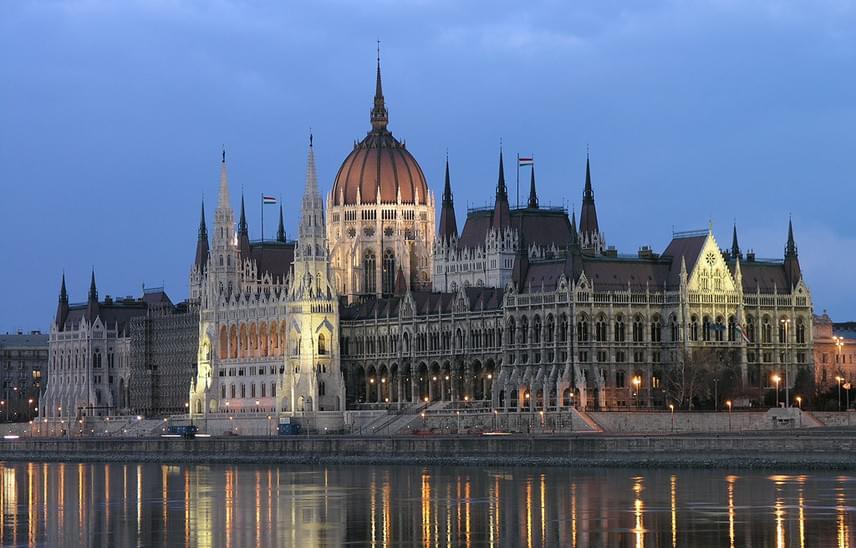 Nem meglepő, hogy a lista élén Budapest legismertebb középülete, az Országház foglal helyet.