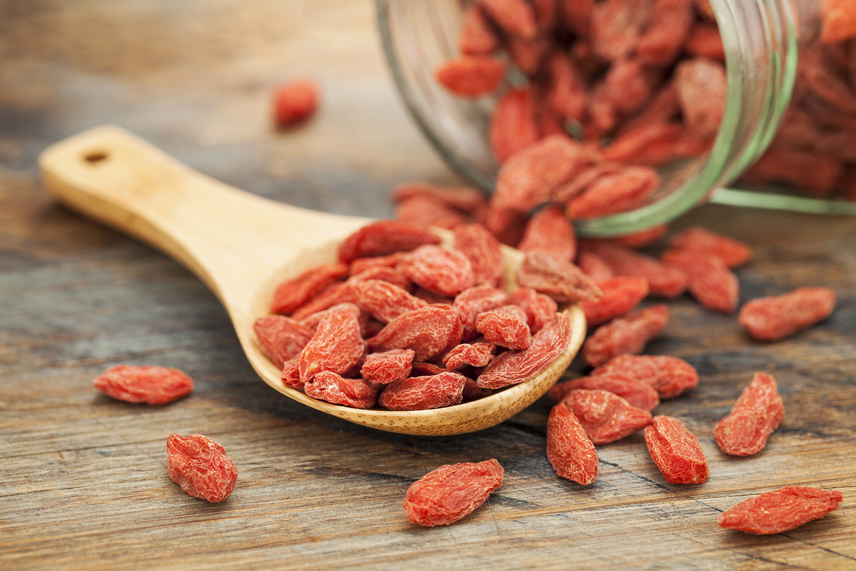 A goji bogyó végre nemcsak a bioboltokban, de a szupermarketek polcain is megtalálható. A Tibetből származó, rengeteg C-vitamint tartalmazó gyümölcsöt a kínai gyógyászatban már évszázadok óta használják a rossz keringés és a legyengült immunrendszer javítására. A goji bogyót a fogyókúra során salátákba, italokba keverve vagy magában, szárítva is fogyaszthatod, hogy megnöveld a vitaminbeviteledet, illetve a keringésed javításával hatékonyabbá tedd az anyagcserédet.