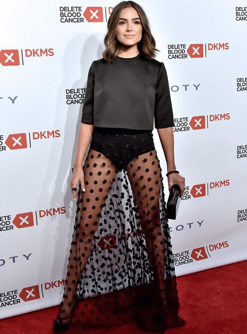 Olivia Culpo egy teljesen átlátszó, pöttyös, fátyolszerű szoknyát viselt a gálán, ami semmit nem takart. A modell még fokozta is az ízléstelen ruha hatását, terpeszállásban pózolt a fotósoknak.