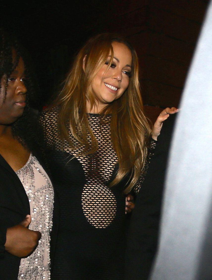 Mariah Carey nem is olyan régen ebben a köldökig kivágott, hálós partiruciban jelent meg menedzsere buliján. Csoda, hogy a parti hevében nem csúszott félre a valamit alig takaró darab.