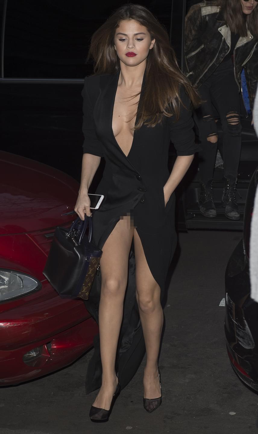 Selena Gomez többet mutatott magából a párizsi divathéten, mint szeretett volna. Az egykori Disney-sztár egy mélyen kivágott, magasan felsliccelt ruhában érkezett az eseményre, azonban egy rossz lépés elég volt ahhoz, hogy intim részeit is megvillantsa a fotósoknak.