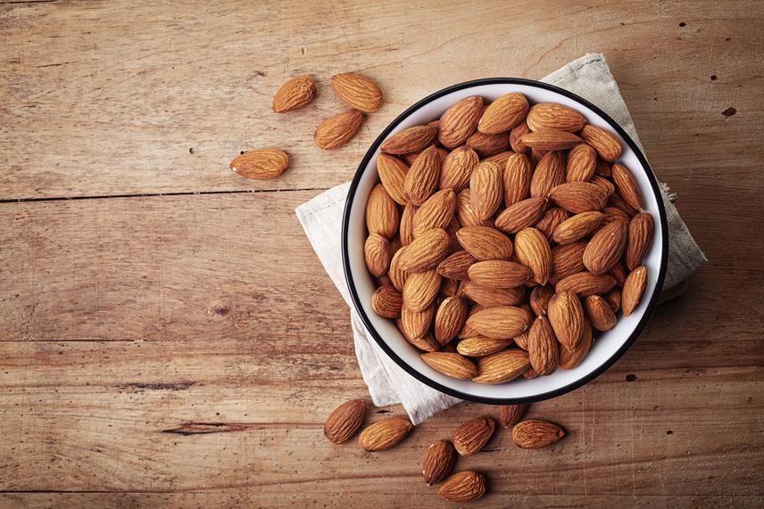 A mandulában, különösen a héjában antioxidánsok találhatóak, másrészt egyszeresen telítetlen zsírsavakat is tartalmaz: mindkettő jót tesz a szívnek és a keringésnek,ráadásul segít megelőzni a szívinfarktus kialakulását. A benne található ásványi anyagok, a magnézium, kalcium, kálium, mangán és arginin szintén hozzájárulnak az egészséges szívműködéshez. Már csak ezért is érdemes elfogyasztanod belőle naponta egy marokkal, akár önmagában is.