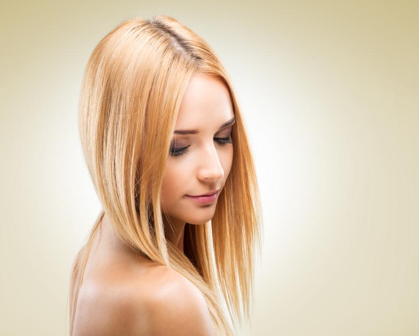 A félhosszú és rövid frizurák közül leginkább a bob alkalmas arra, hogy keskenyítse az arcodat. A hátul rövidebb, elöl hosszabb tincsek szép keretet adnak az arcnak, míg hátulról vékonyabbnak tűnik a nyakad. Ha emellett féloldalasan választod el a hajadat, még többet kihozhatsz az optikai hatásból.