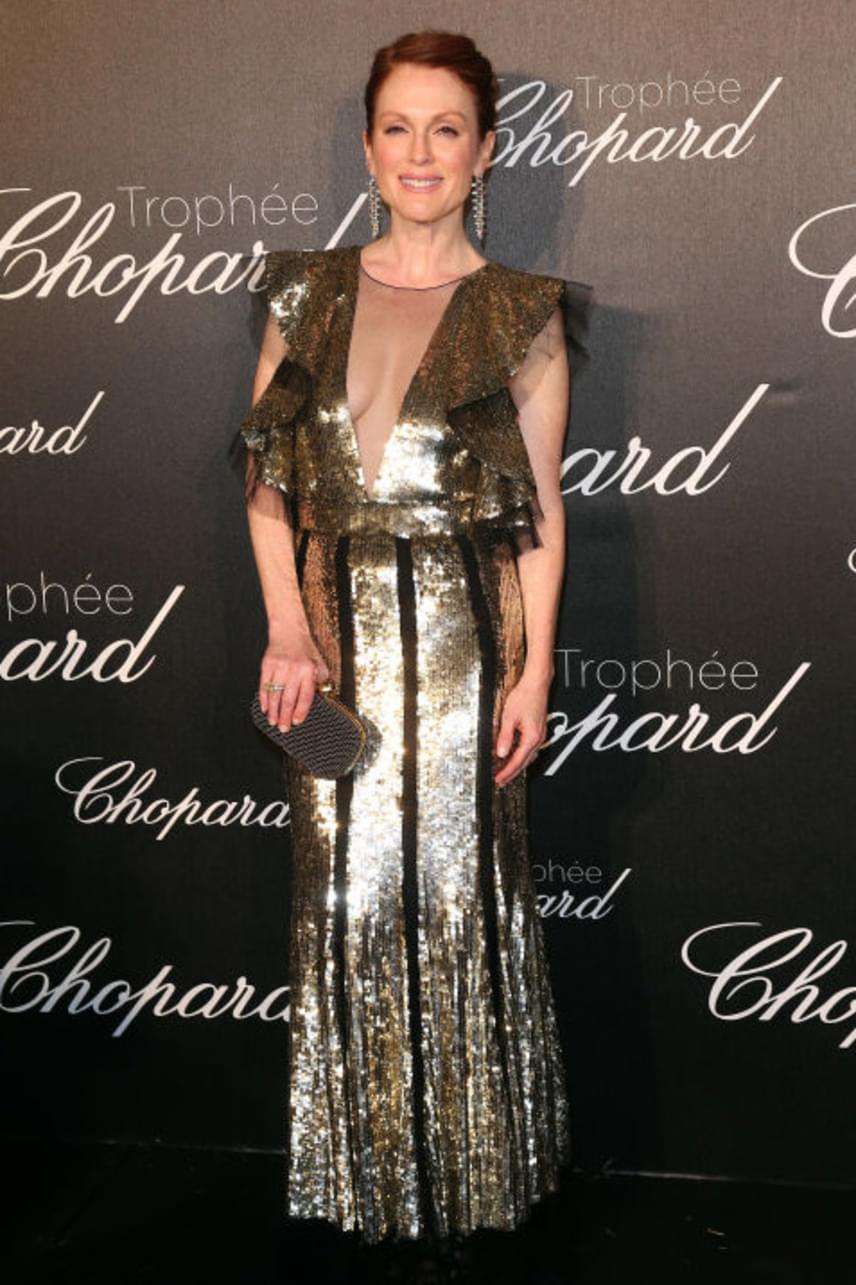 Az 55 éves Julianne Moore is jó néhány évet letagadhat, pláne ebben a mélyen dekoltált, aranyszínű Alexander McQueen ruhában.