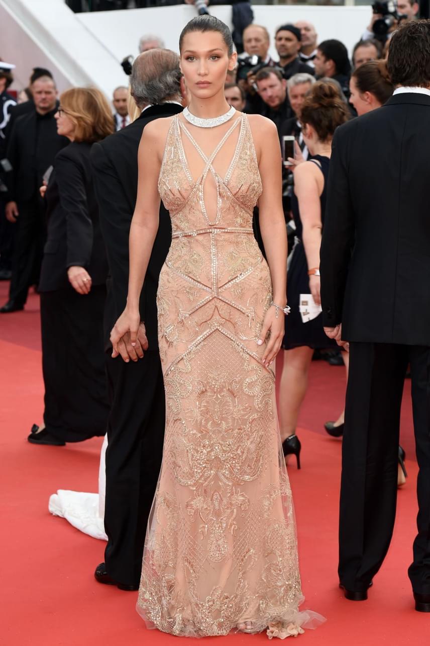Bella Hadid kicsit félénken állt a vörös szőnyegen ebben a merész estélyiben - nem csoda, hiszen a pucérruha viselése csak a legbátrabbaknak ajánlott.