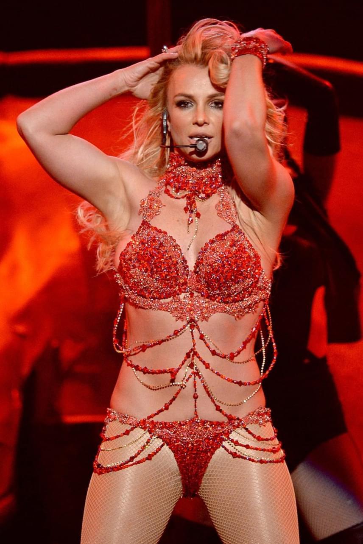 Britney Spears nyilvánvalóan azt akarta megmutatni ebben a szinte semmit sem takaró együttesben, hogy mennyit fogyott, azonban a rajongók szerint kicsit túl közönségesre sikerült a szettje.