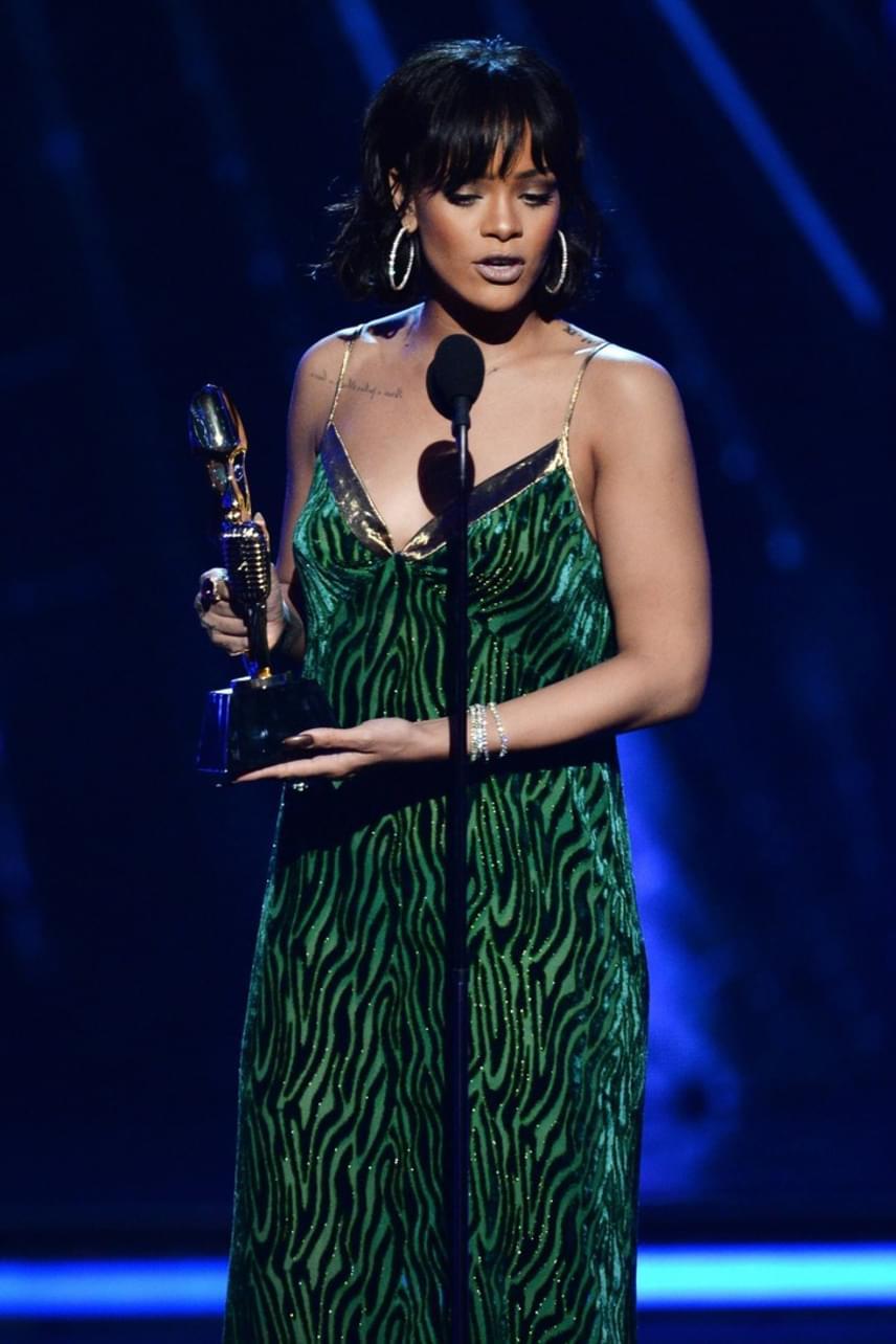 A slágerlisták élén álló énekesnő még egy díjat is bezsebelt a gálán, azonban ezt a ruhát is nagyon leszólták a rajongók. Többen írták, hogy Rihanna sem a mintát, sem a méretet nem találta el.
