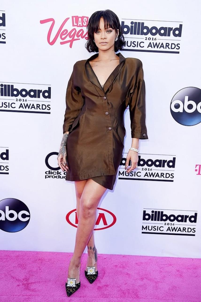 """""""Mint egy barna szemeteszsák. Gyűrött is, csúnya is, kicsit sem RiRi-s"""" - írta egyik követője az Instagramon. Ezt a ruhát szavazták meg egyébként a gála egyik legcsúnyább darabjának."""