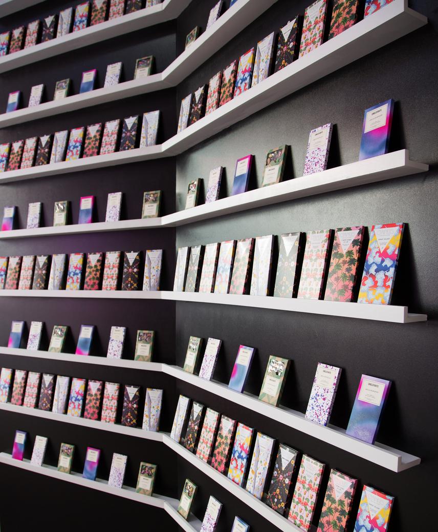 A bolt egyik legötletesebb sarka a nagy tábla csokikat felsorakoztató fal.