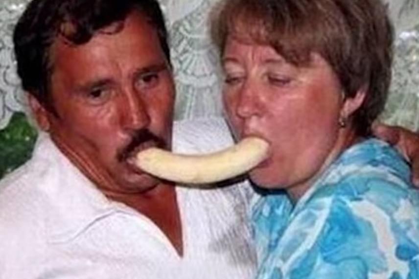 Ez a kép egy kedves kép lett volna a banán nélkül, ám azzal együtt meglehetősen furcsa lett.