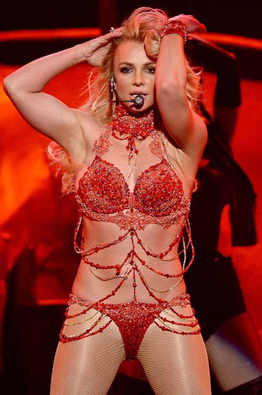 Hiába hitték azt a rajongók, hogy photoshoppal fogy az énekesnő, itt bebizonyította, hogy a valóságban is ilyen dögös, nem csak a fotóin. Britney odatette magát a BMU fellépésén, fellépő ruhája nem sokat bízott a fantáziára.